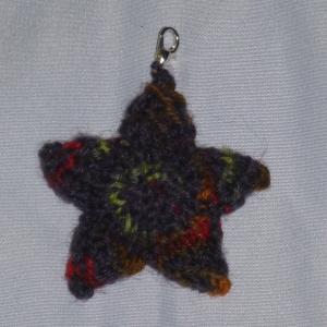 Handgestrickter Schlüsselanhänger in Sternenform dunkel bunt - Handarbeit kaufen