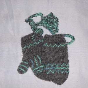 handgestrickte Baby-Fäustlinge mit dezentem Muster in grau blau