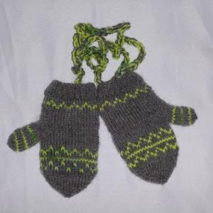 handgestrickte Baby-Fäustlinge mit dezentem Muster in grau lime-grün