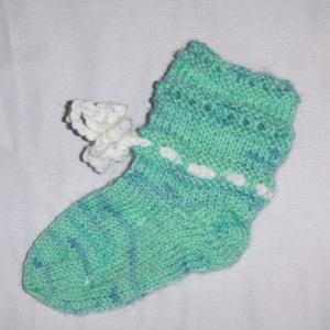 handgestrickte Baby-Socken mit Binde-Band in hell blau 14/15