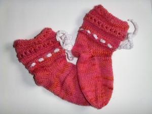 Handgestrickte Baby-Socken mit Binde-Band in rosa 16/17