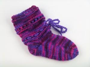 handgestrickte Baby-Socken mit Binde-Band in lila-pink 14/15