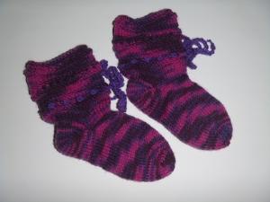 handgestrickte Baby-Socken mit Binde-Band in lila-pink 16/17