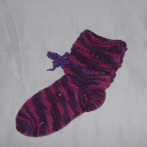 handgestrickte Baby-Socken mit Binde-Band in lila-pink 18/19