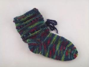 handgestrickte Baby-Socken mit Binde-Band in dunkel bunt 16/17