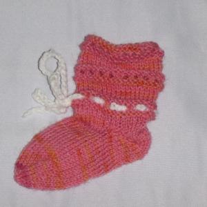 Handgestrickte Baby-Socken mit Binde-Band in rosa 14/15