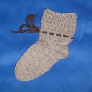 Handgestrickte Baby-Socken mit Binde-Band in beige 16/17