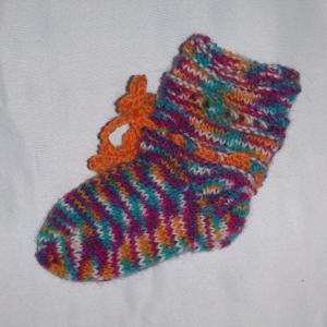 handgestrickte Baby-Socken mit Binde-Band in  bunt 14/15