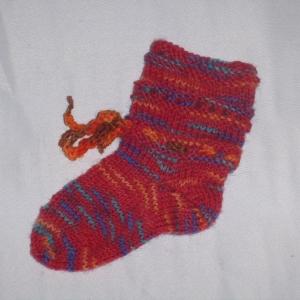 handgestrickte Baby-Socken mit Binde-Band in  rot 14/15