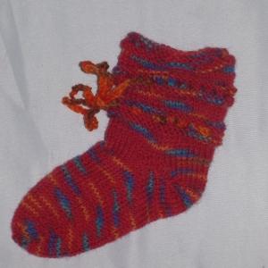 handgestrickte Baby-Socken mit Binde-Band in  rot 16/17 - Handarbeit kaufen