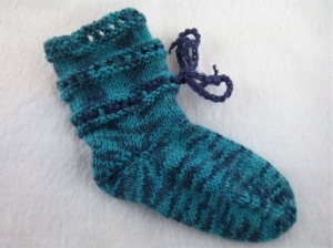 handgestrickte Baby-Socken mit Binde-Band in  türkis 16/17 - Handarbeit kaufen