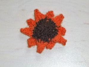 handgestrickter Kühlschrankmagnet in Form einer Sonnenblumenblüte orange