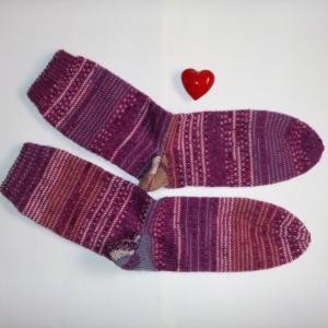 ein Paar handgestrickte Ringelsocken in Größe 38/39 pink/lavendel
