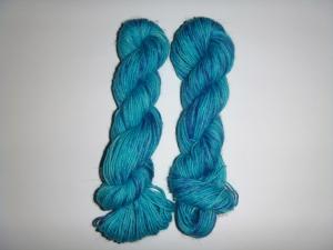 Handgefärbte Sockenwolle im Ministrang (4-fädig) blauer Ozean