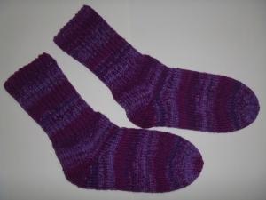 ein Paar handgestrickte super dicke Socken in  lila 40/41 wild berries