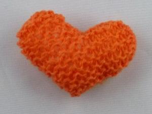 handgestrickter Kühlschrankmagnet in Herzform orange