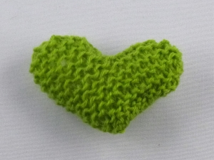 handgestrickter Kühlschrankmagnet in Herzform  Apfelgrün