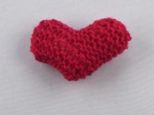 handgestrickter Kühlschrankmagnet in Herzform  in rot
