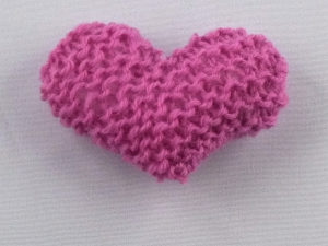 handgestrickter Kühlschrankmagnet in Herzform  in rosé - Handarbeit kaufen