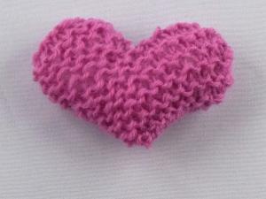 handgestrickter Kühlschrankmagnet in Herzform  in rosé