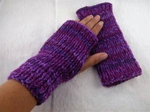 Handgestrickte extra dicke und warme Handstulpen mit Daumenloch in lila