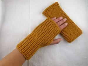 Handgestrickte extra dicke und warme Handstulpen mit Daumenloch in senfgelb