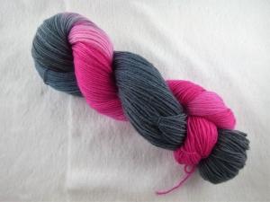Handgefärbte Sockenwolle (4-fädig, 100g) Shades of grau/ pink