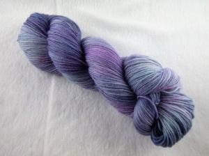 Handgefärbte Sockenwolle (4-fädig, 100g) Blaubeer-Joghurt