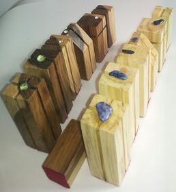 Design Schachfiguren  kubisch aus Holz vom Goldregen und Olivenbaum mit Schmuck  und Rohsteinen von Hand gefertigt