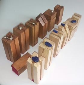 Design Schachfiguren  kubisch aus Holz vom Kirschbaum und  Moderbuche mit Silbernuggets und Rohsteinen von Hand gefertigt