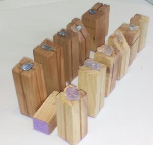 Design Schachfiguren  kubisch aus Holz vom Mirabellenbaum und vom Walnussbaum mit geschliffenenem Stein und Rosenquarz Rohsteinen von Hand gefertigt )
