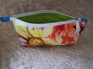 Schminktäschchen mit farbenfrohem Blumenmotiv