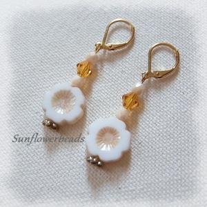 Ohrringe gold, mit böhmischen Table cut Perlen, Hawaii Blume creme lüster, handgemacht - Handarbeit kaufen