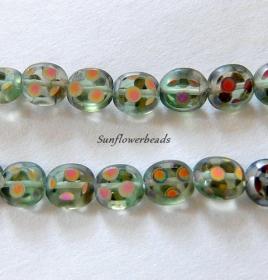 1 Strang (11 Stck.) flache ovale böhmische Glasperlen, hellgrün durchsichtig mit bunt schillernden Tupfen - Handarbeit kaufen