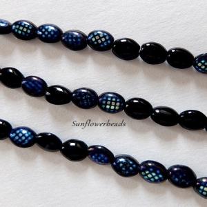 14 kleine ovale böhmische Glasperlen schwarz mit kleinen schillernden Quadraten - Handarbeit kaufen