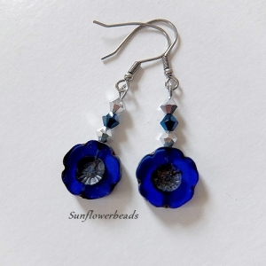 Silberne Ohrringe mit böhmischen Table cut Perlen Hawaii Blume, dunkelblau, mit Edelstahl Ohrhaken, handgemacht - Handarbeit kaufen