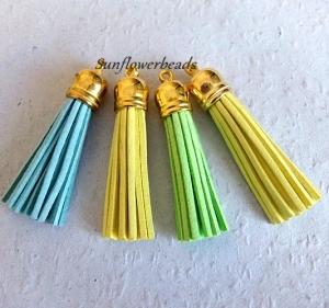 4 x Quaste aus Velour, Kunstleder, türkis, gelb, neon grün, mit goldener Kappe, Velourquaste für Ketten, Schlüsselanhänger, Lesezeichen, Taschenanhänger
