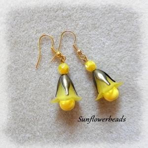 Blütenohrringe gelb, mit Acrylblüte, gelber Glasperle, bronzefarbene Perlenkappe und goldenen Ohrhaken - Handarbeit kaufen