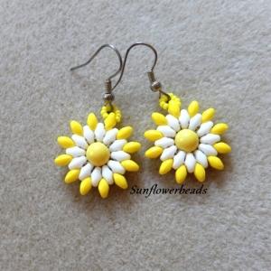 Ohrringe mit schöner Blüte in gelb und weiß, handgefertigt aus Superduo beads und Solobeads, Ohrhaken silberfarben - Handarbeit kaufen