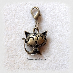 1 Charm Katze, bronze mit Karabiner, Wechselanhänger, Mitbringsel, vorn mit Gesicht, Rückseite mit Sternchen verziert - Handarbeit kaufen