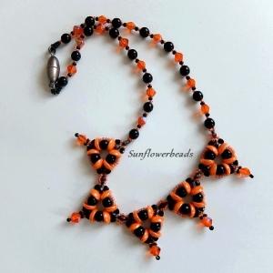 Halskette aus Glasperlen mit dreieckigen Elementen, orange und schwarz  - Handarbeit kaufen