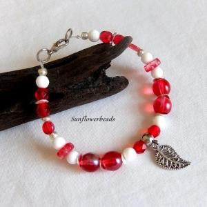 Armband aus Glasperlen mit Blattanhänger, rot weiß silber - Handarbeit kaufen