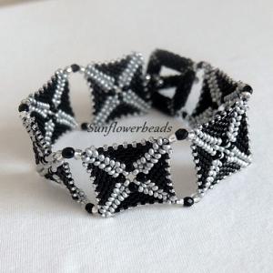 Armband schwarz grau silber, handgefädelt aus Glasperlen - Handarbeit kaufen