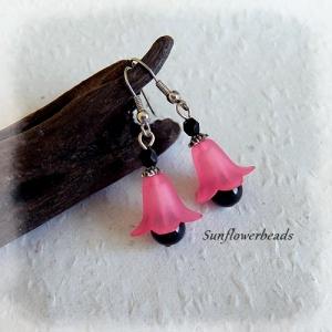 Blütenohrringe rosa, mit Acrylblüte, schwarzer Glasperle und silbernen Ohrhaken - Handarbeit kaufen
