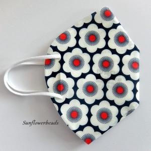 Überzug FFP2 Maske, Cover, Maskenüberzug aus Cover me Heiq Viroblock Filtervlies, mit großen Blumen weiß/blau/rot