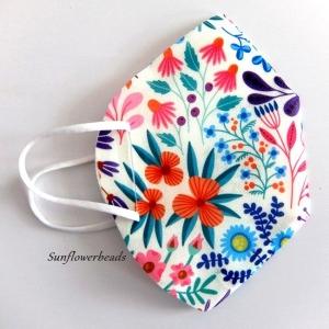 Überzug FFP2 Maske, Cover, Maskenüberzug aus Cover me Heiq Viroblock Filtervlies, cremeweiß mit bunten Blumen