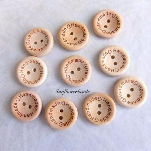 10 Holzknöpfe 20 mm, naturfarben mit Aufschrift handmade - Handarbeit kaufen
