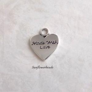 10 Metallanhänger Herz silber, mit Aufschrift made with love - Handarbeit kaufen