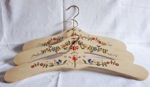 Kleiderbügel/Garderobenbügel aus Holz, 3er Set, handbemalt im Bauernmalerei- und Landhausstil -Deutsche Handarbeit-  ***Versandkostenfrei***