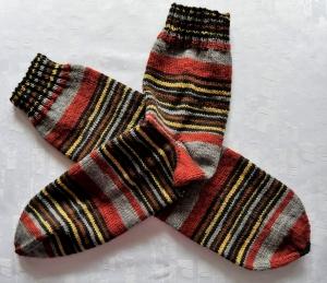 handgestrickte Socken Gr. 46-48 in gedeckten Farben